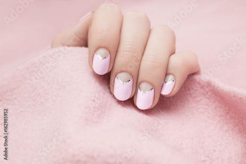Fotografía Beautiful female hand with light purple nail design