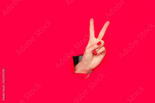 Photographie Hand showing two fingers gesture