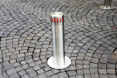 Fotografía  Automatisch versenkbarer Poller, Automatikpoller (Automatic retractable bollard)