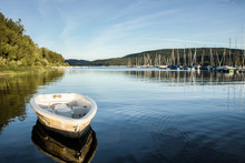 Boote Im Seglerhafen Am Schluchsee Im Hochschwarzwald, Germany Vor Tiefblauem Ruhigen Wasser Und Abendlicher Stimmung