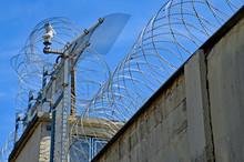 Gefängnis, Stacheldraht