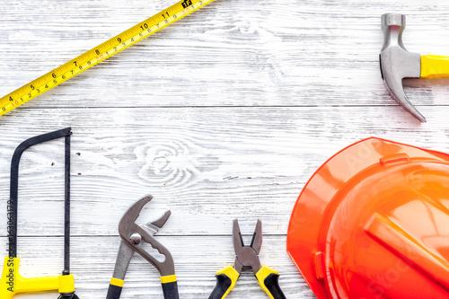 Plakat Wstępne przygotowanie do naprawy domu. Contruction narzędzia na szarym drewnianym biurka tła odgórnego widoku copyspace