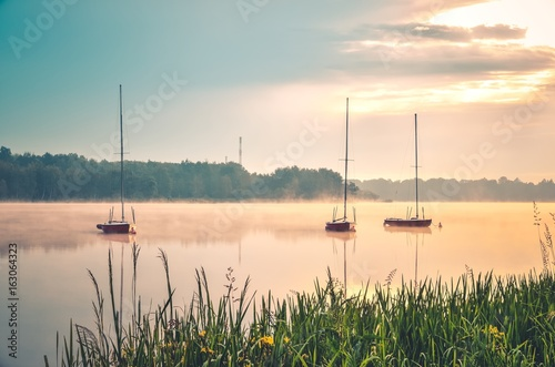 wiosna-rano-nabrzeza-krajobraz-lodzie-na-mgliste-jezioro