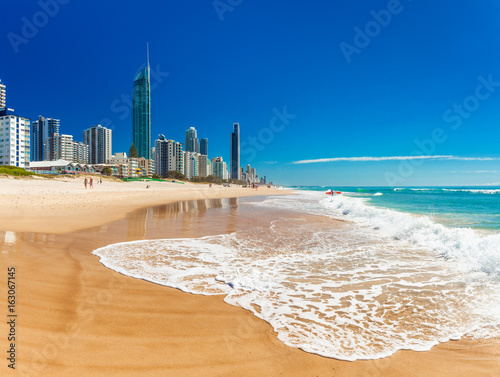 Poster Cote SURFERS PARADISE, AUS - SEPT 05 2016 Skyline and a beach of Surfers Paradise, Gold Coast