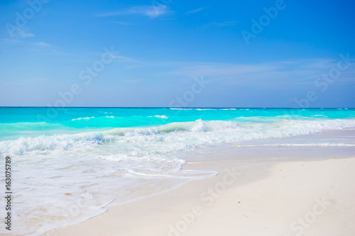 Foto op Aluminium Oceanië Idyllic tropical beach on Cuba in Caribbean with white sand, turquoise ocean water and blue sky