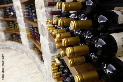 Carta da parati bottiglie in cantina