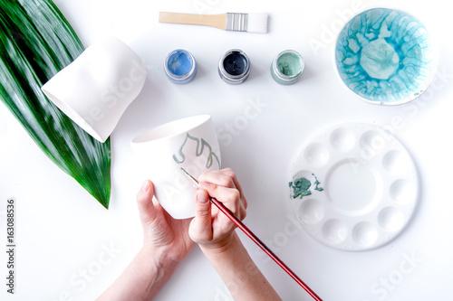 Plakat malująca ceramiczna filiżanka na białego tła odgórnym widoku