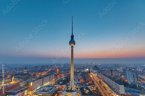 Zdjęcie XXL Wieża telewizyjna w Berlinie po zachodzie słońca