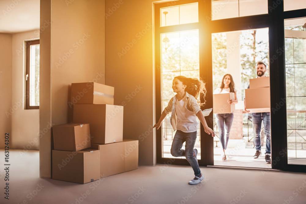 Fototapety, obrazy: Family moving in new house