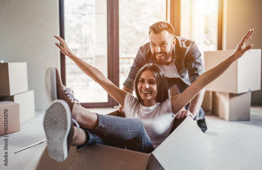 Fototapety, obrazy: Couple moving in new house