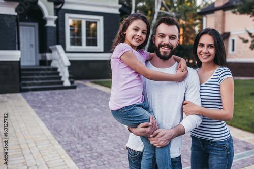 Valokuvatapetti Happy family outdoors