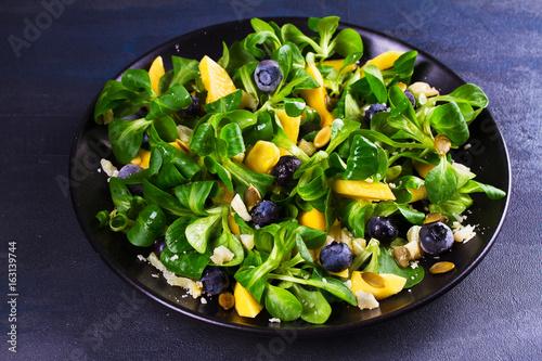 salatka-z-mango-i-jagodami-w-czarnej-misce