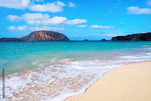 Fotobehang Canarische Eilanden Conchas Beach in La Graciosa, Canary Islands, Spain