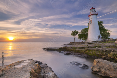 In de dag Vuurtoren Marblehead Lighthouse on Lake Erie, USA at sunrise