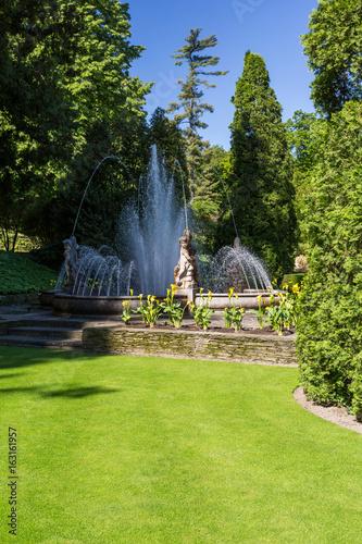 Spoed Foto op Canvas Fontaine Fontaine et statue dans le jardin
