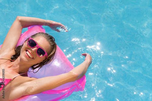 Frau im Pool mit Luftmatratze