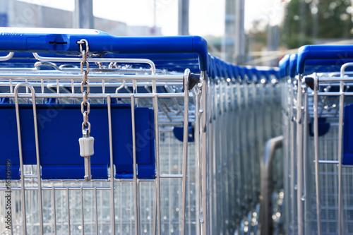Blaue Einkaufswagen aufgereiht