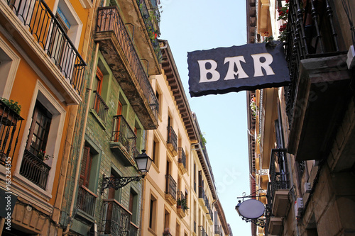 Fotografia typical bar sign in the old town of donostia
