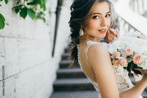 Valokuvatapetti Stunning bride in the old garden at summer