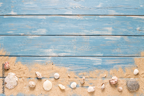 Valokuva  Maritimer Holzhintergrund mit Muscheln und Sand