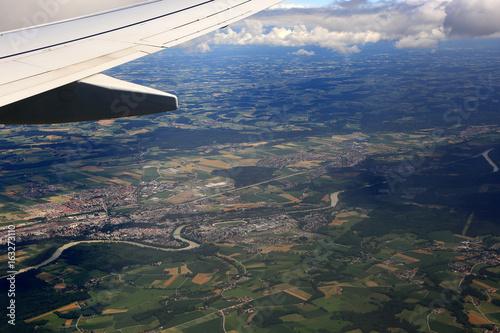 Widok miasta i pól z okna lecącego samolotu. - 163273110