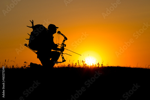 Photo Silhouette of a bow hunter