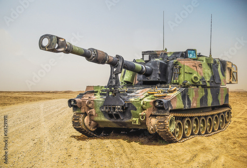american howitzer stands on a battlefield Fototapet