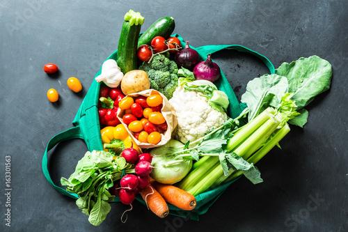 ekologiczne-warzywa-w-zielonej-eco-torbie-na-zakupy