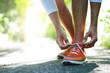 Mann bindet seine Lauf-Schuhe um Joggen zu gehen