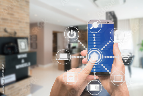 Fotografía  Smart home automation app on mobile with home interior in background