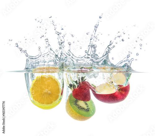 pomarańczowy kiwi truskawka jabłko kropla z plusk wody