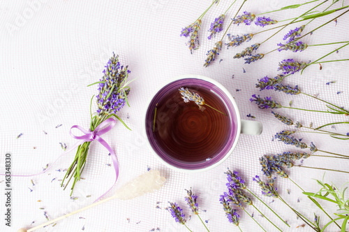 Photo  Lavender tea with flowers and sugar stick