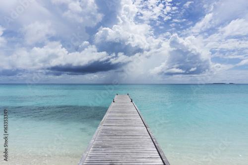drewniany-molo-nad-tropikalnym-jasnym-blekitnym-morzem