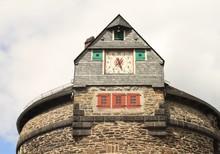 Blickfang Auf Schloss Burg: Batterieturm Mit Turmuhr