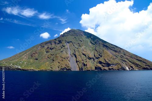 Staande foto Vulkaan Schöner Ansicht des Strombolis (Südseite) mit blauem Meer und Himmel