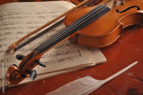 Fototapeta Skrzypce i notatki na stole
