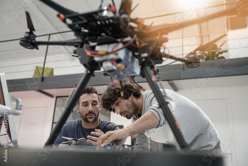Fotografía Engineer and technician working together on drone in office