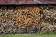 Drewno Kominkowe.Drewno Opałowe Poukładane W Komórce Do Przechowywania Drewna.