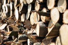 Pocięte Drewno Opałowe I Kominkowe.Drewno Opałowe Poukładane W Komórce Do Przechowywania Drewna.