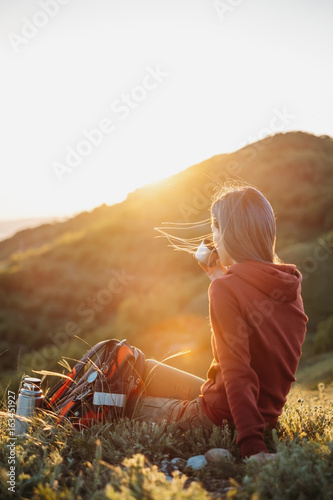 Photo  Female explorer rests in the mountains.