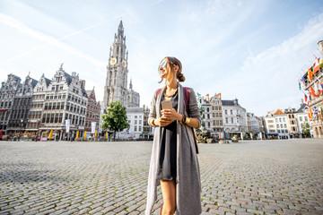 Turistica mlada žena šetajući trgom Velike tržnice tijekom jutra u Antwerpenu u Belgiji