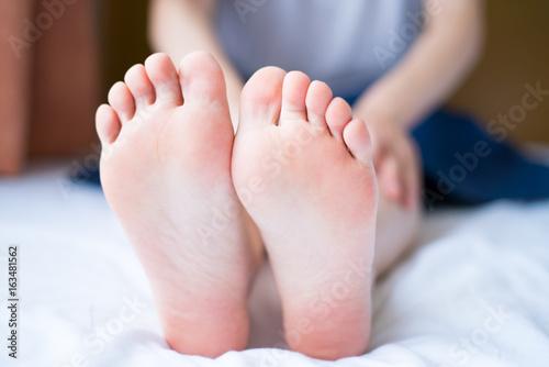 Fotografia  Kobiece podeszwy stóp