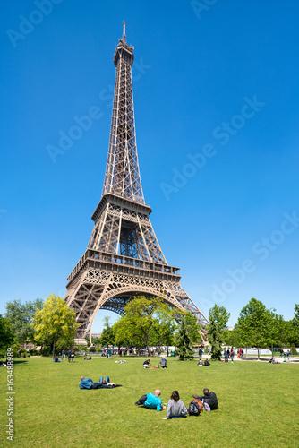 Foto op Aluminium Eiffeltoren Touristen am Eiffelturm in Paris, Frankreich