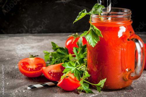 sok-pomidorowy-w-sloiku-na-stole