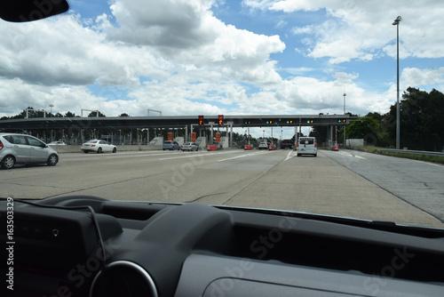 Péage sur l\'autoroute A10 vu de l\'intérieur d\'une voiture. – kaufen ...