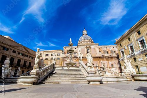 La pose en embrasure Palerme Praetoria Fountain in Palermo, Italy