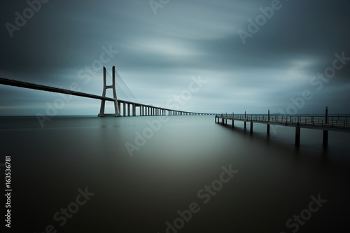 Photo  vasco da gama bridge in lisbon on a cloudy day