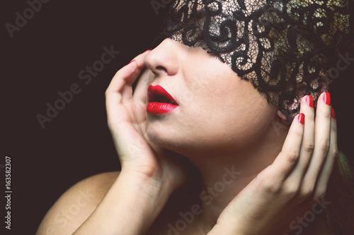 piekny-model-z-czarna-koronkowa-maska-czerwonymi-ustami