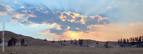 Tablou Canvas Sunbeams and sunrays through sunset clouds in the Hayden Valley in Yellowstone N