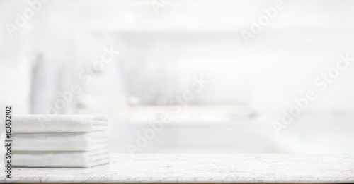 Foto  panorama shot : Towels on marble top table with copy space on blurred bathroom background